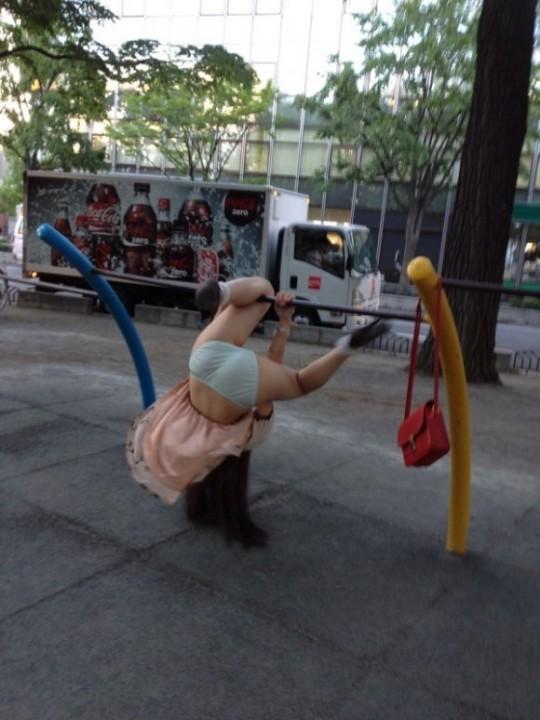 公園で遊ぶミニスカの露出女のパンチラ画像 103