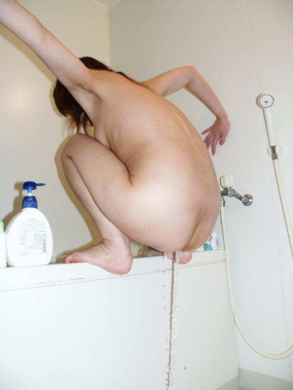 お風呂でジョロジョロおしっこ垂れ流す女の放尿エロ画像 1109