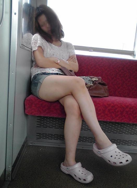 電車内で寝てる女のむっちり太ももエロ画像 1122