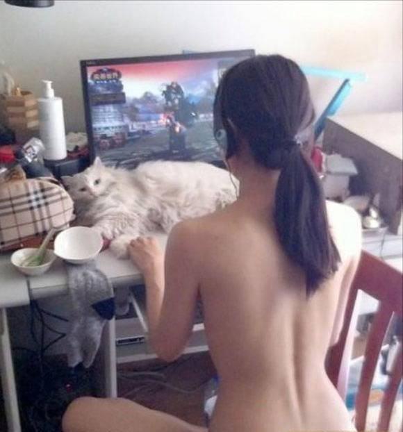 素っ裸でエッチなインターネットを見てるお姉ちゃんのエロ画像 1165