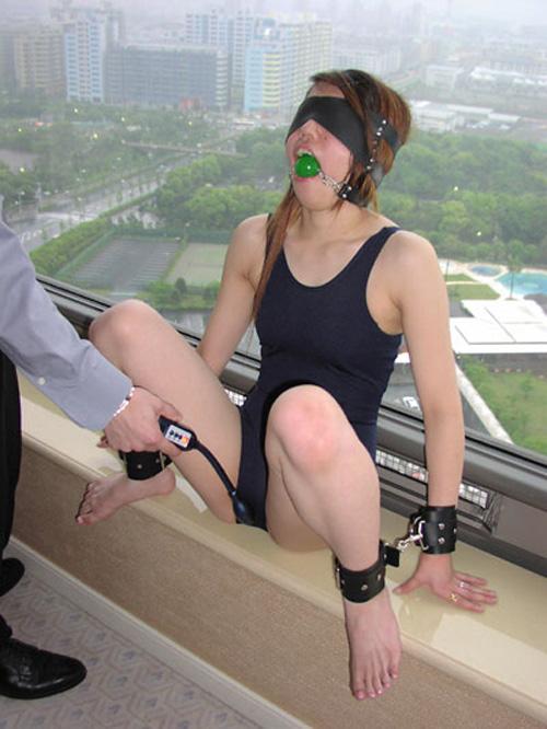 愛するがゆえに過激なプレイをしたくなる彼女にボールギャグを咥えさせるソフトSMエロ画像 120