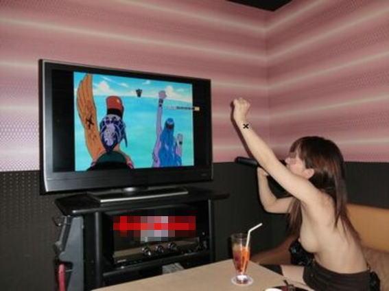 カラオケでテンション上がって何故かおっぱい出したくなる露出狂の素人娘のエロ画像 1212