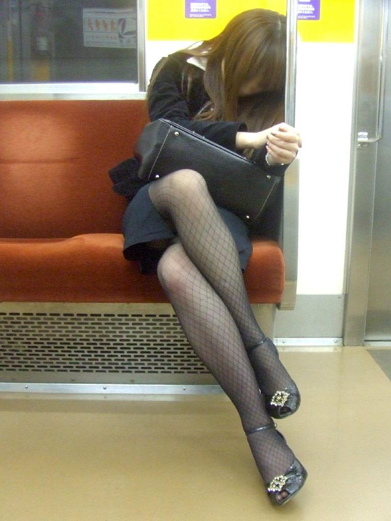 電車内で寝てる女のむっちり太ももエロ画像 1220