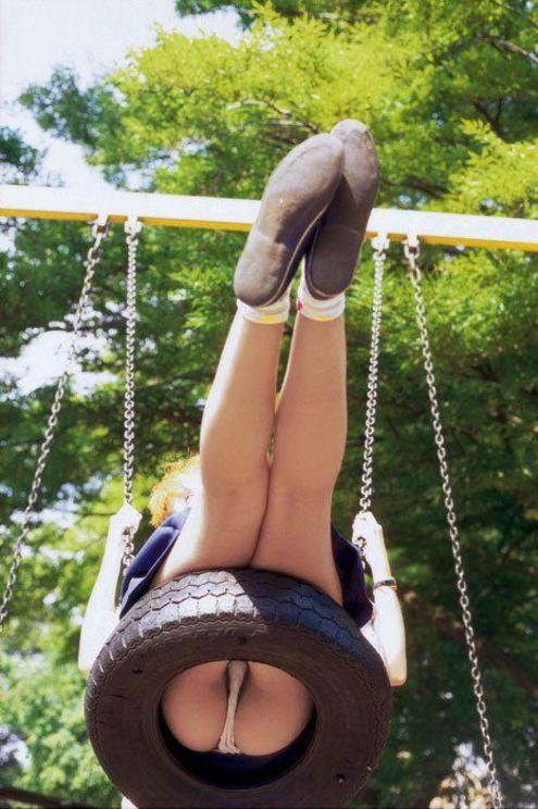 公園で遊ぶミニスカの露出女のパンチラ画像 143