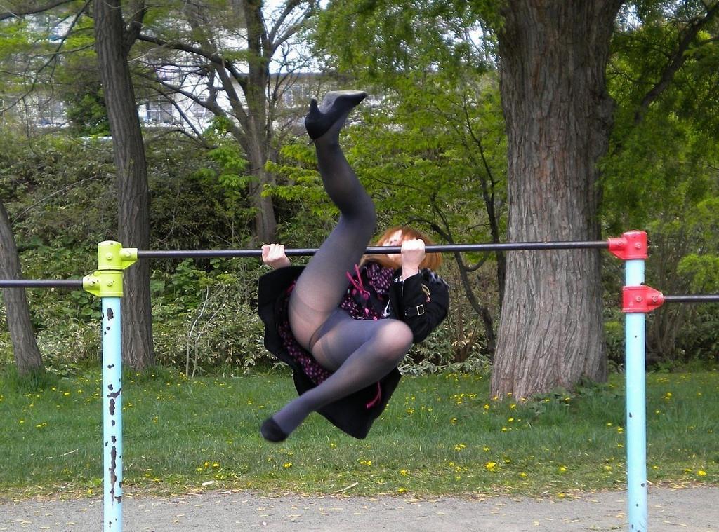 公園で遊ぶミニスカの露出女のパンチラ画像 153