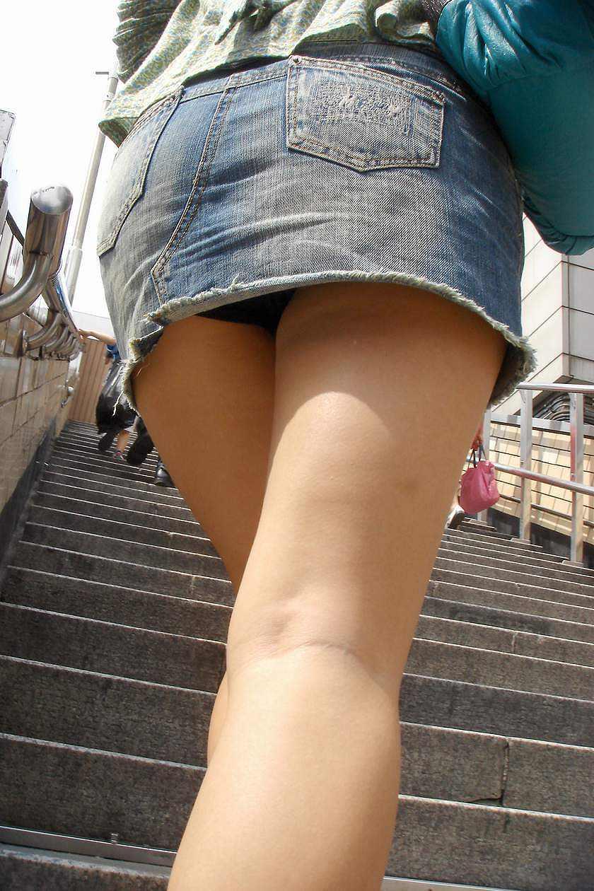 タイトなミニスカート履いた女の子の街撮りパンチラ画像 16