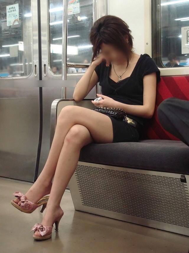 電車内で寝てる女のむっちり太ももエロ画像 1617