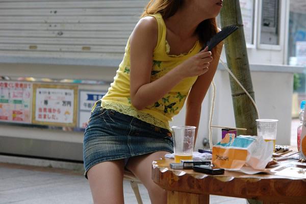タイトなミニスカート履いた女の子の街撮りパンチラ画像 17