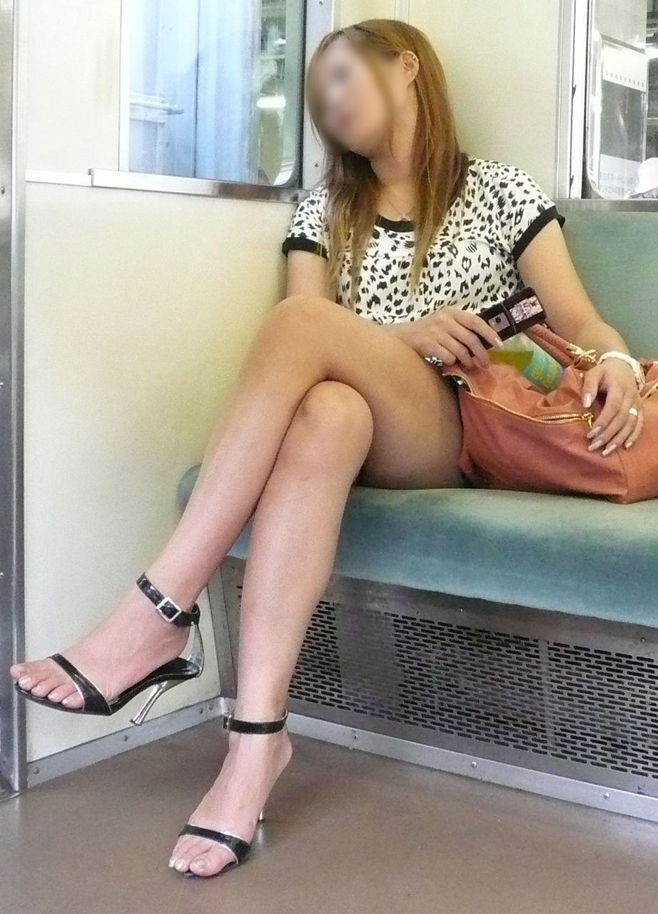 電車内で寝てる女のむっちり太ももエロ画像 1817