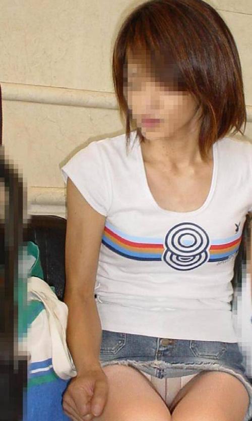 タイトなミニスカート履いた女の子の街撮りパンチラ画像 19