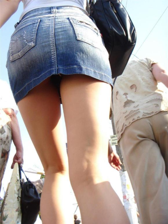 タイトなミニスカート履いた女の子の街撮りパンチラ画像 20