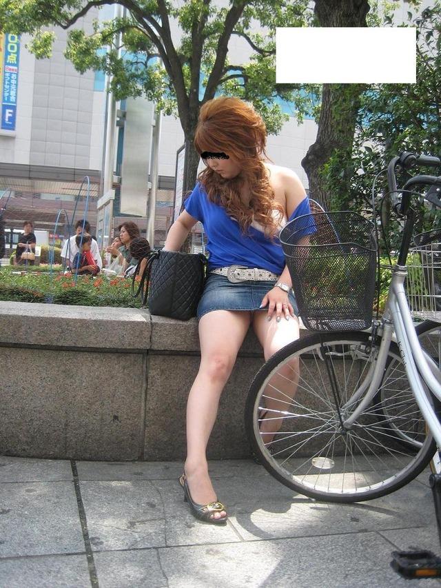 タイトなミニスカート履いた女の子の街撮りパンチラ画像 22