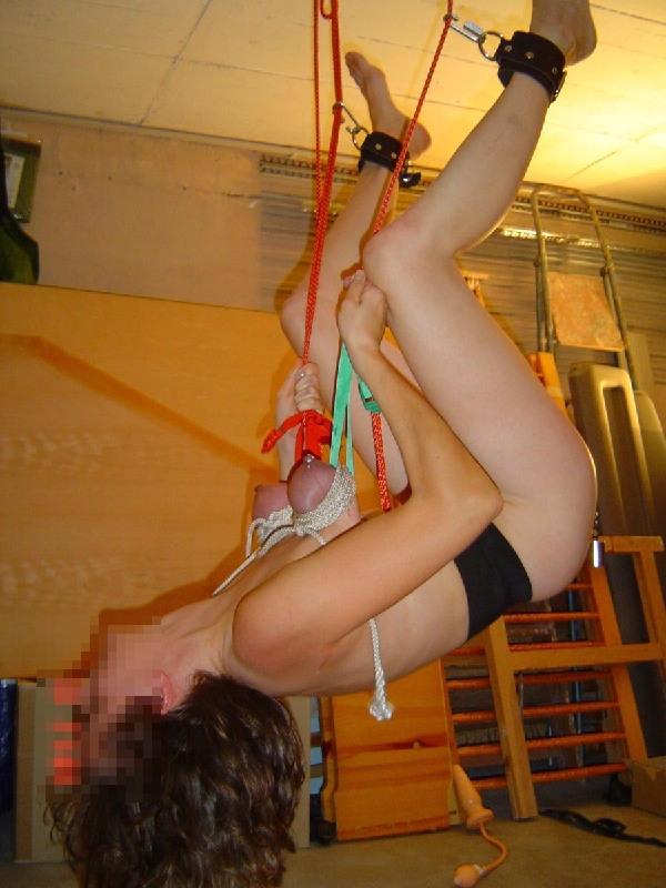 逆さ吊りになってるドM女の緊縛SMのヤバいエロ画像 2226