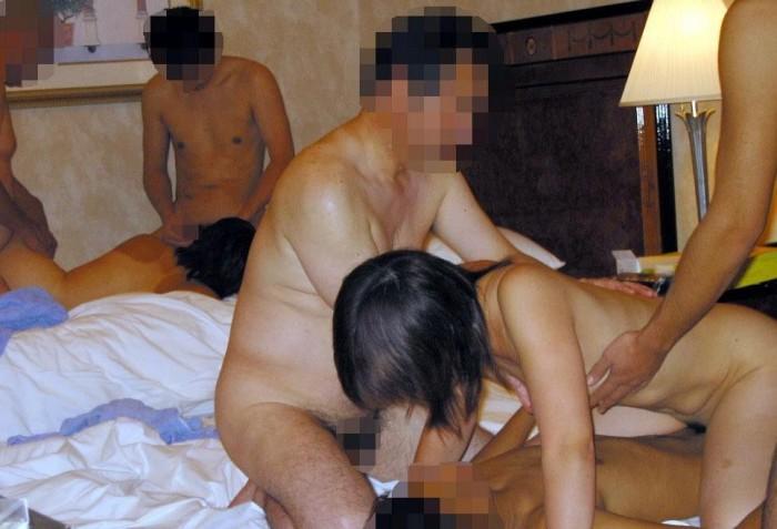 可愛い女の子たちが乱交パーティーで汚いおっさんたちに犯されまくってるエロ画像 2238