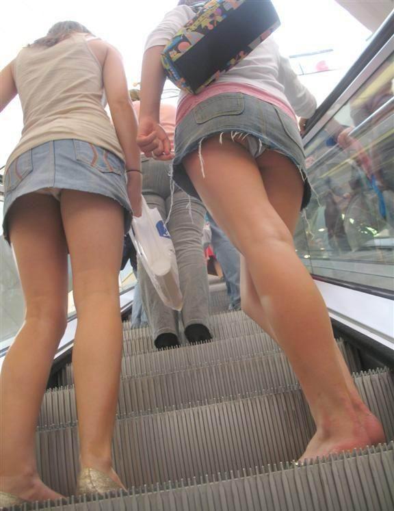 タイトなミニスカート履いた女の子の街撮りパンチラ画像 23