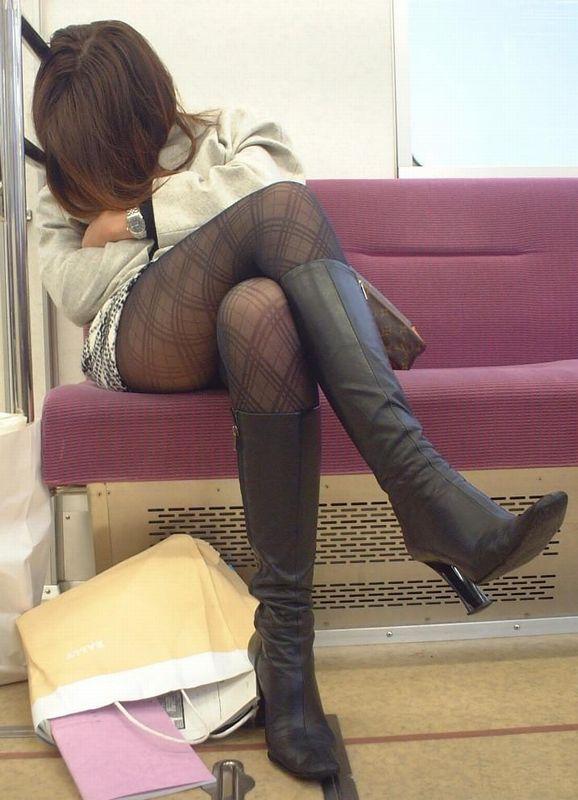 電車内で寝てる女のむっちり太ももエロ画像 245