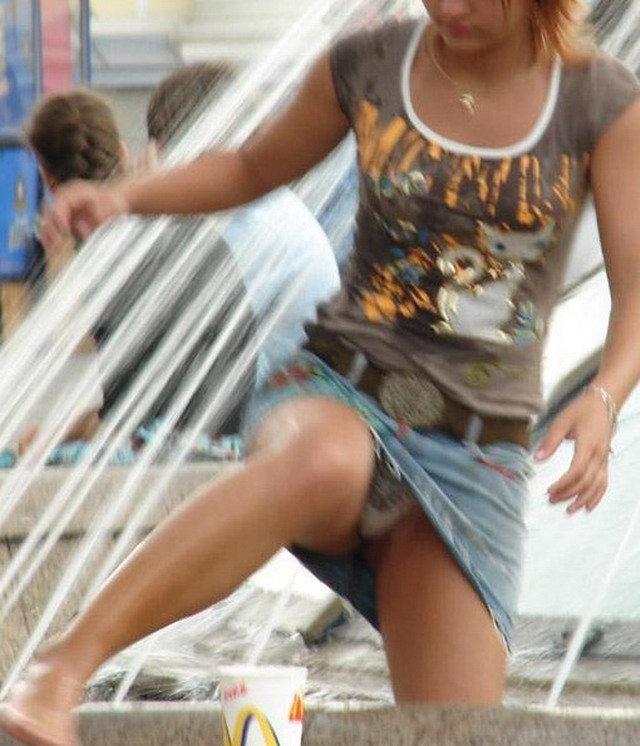 タイトなミニスカート履いた女の子の街撮りパンチラ画像 25