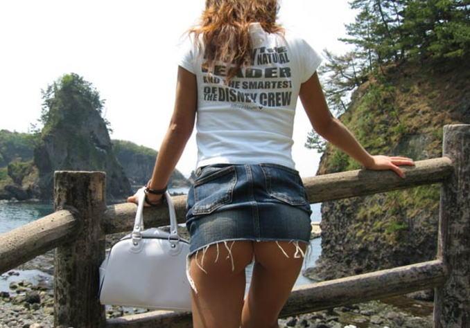 タイトなミニスカート履いた女の子の街撮りパンチラ画像 31