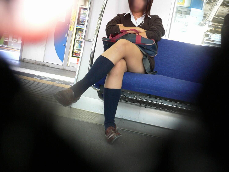 電車内で寝てる女のむっちり太ももエロ画像 418