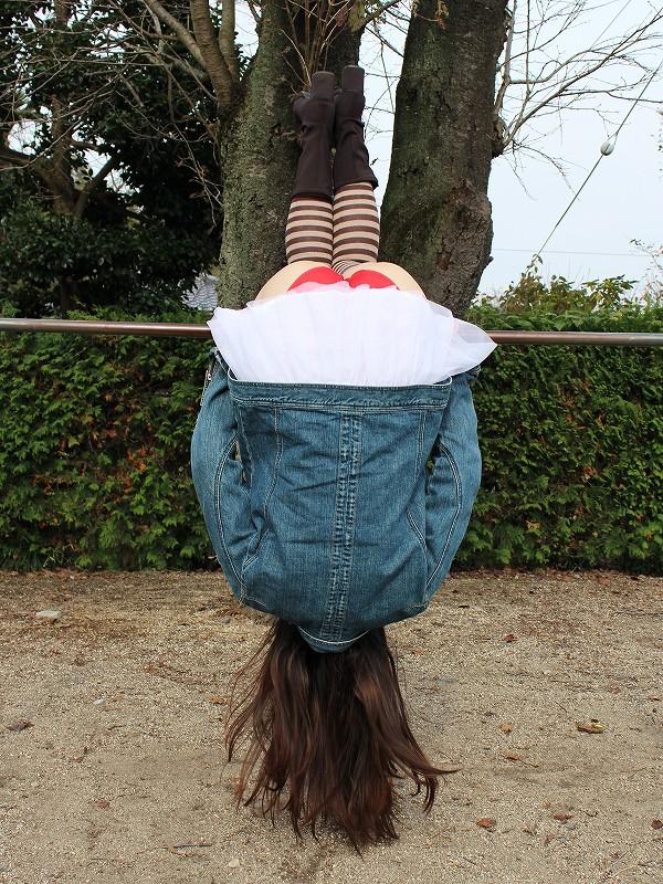 公園で遊ぶミニスカの露出女のパンチラ画像 43