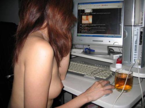 素っ裸でエッチなインターネットを見てるお姉ちゃんのエロ画像 443