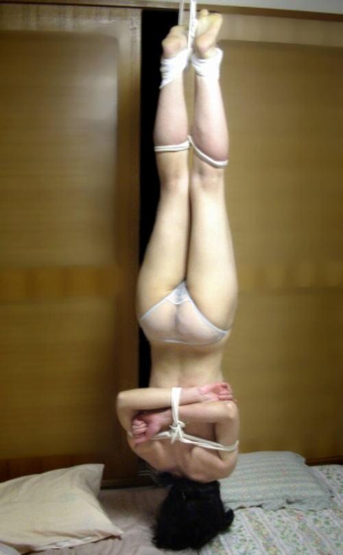 逆さ吊りになってるドM女の緊縛SMのヤバいエロ画像 446