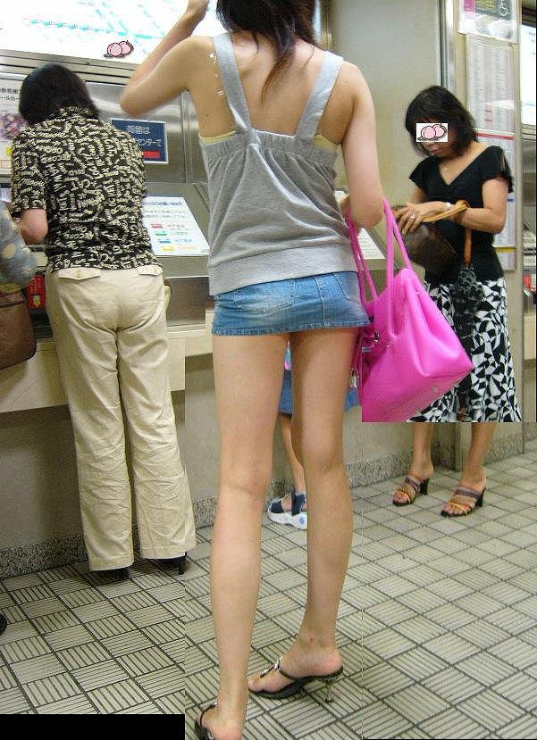 タイトなミニスカート履いた女の子の街撮りパンチラ画像 5