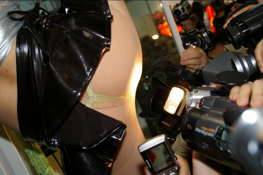 スカートの中身を撮影されるアキバ系露出女子のエロ画像 516