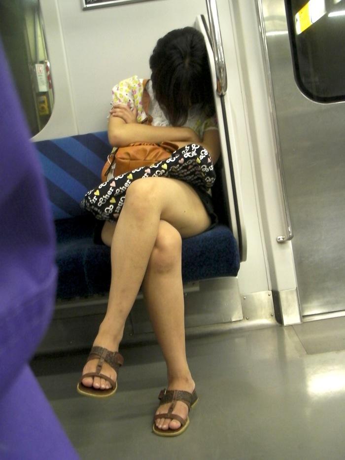 電車内で寝てる女のむっちり太ももエロ画像 518