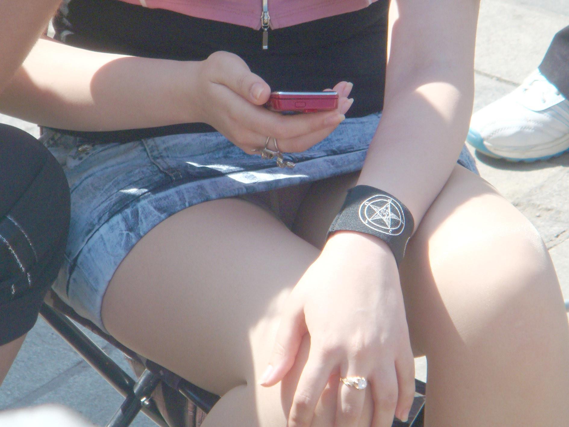 タイトなミニスカート履いた女の子の街撮りパンチラ画像 6