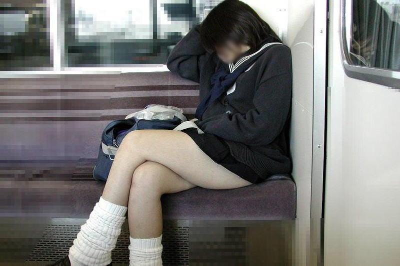 電車内で寝てる女のむっちり太ももエロ画像 618