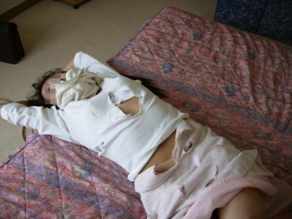 衣服をビリビリに切り裂かれてレイプされた女のエロ画像 624