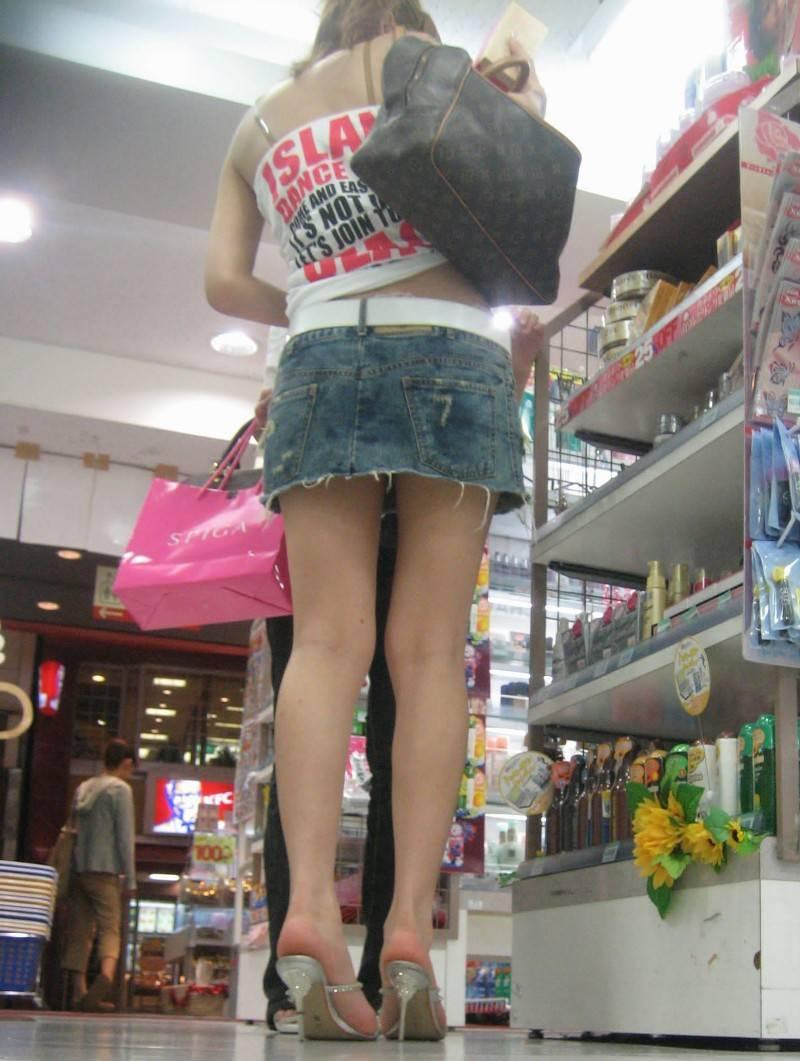 タイトなミニスカート履いた女の子の街撮りパンチラ画像 7