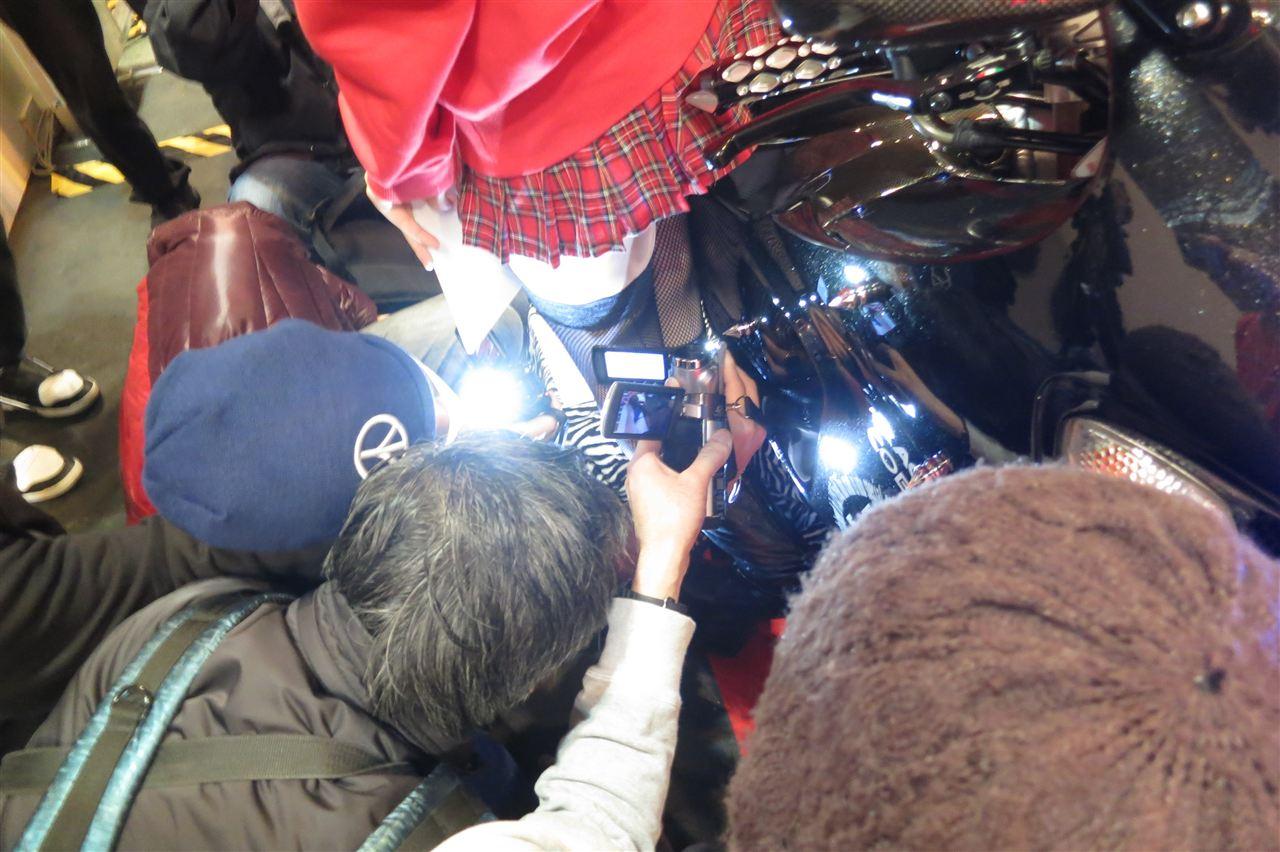 スカートの中身を撮影されるアキバ系露出女子のエロ画像 716