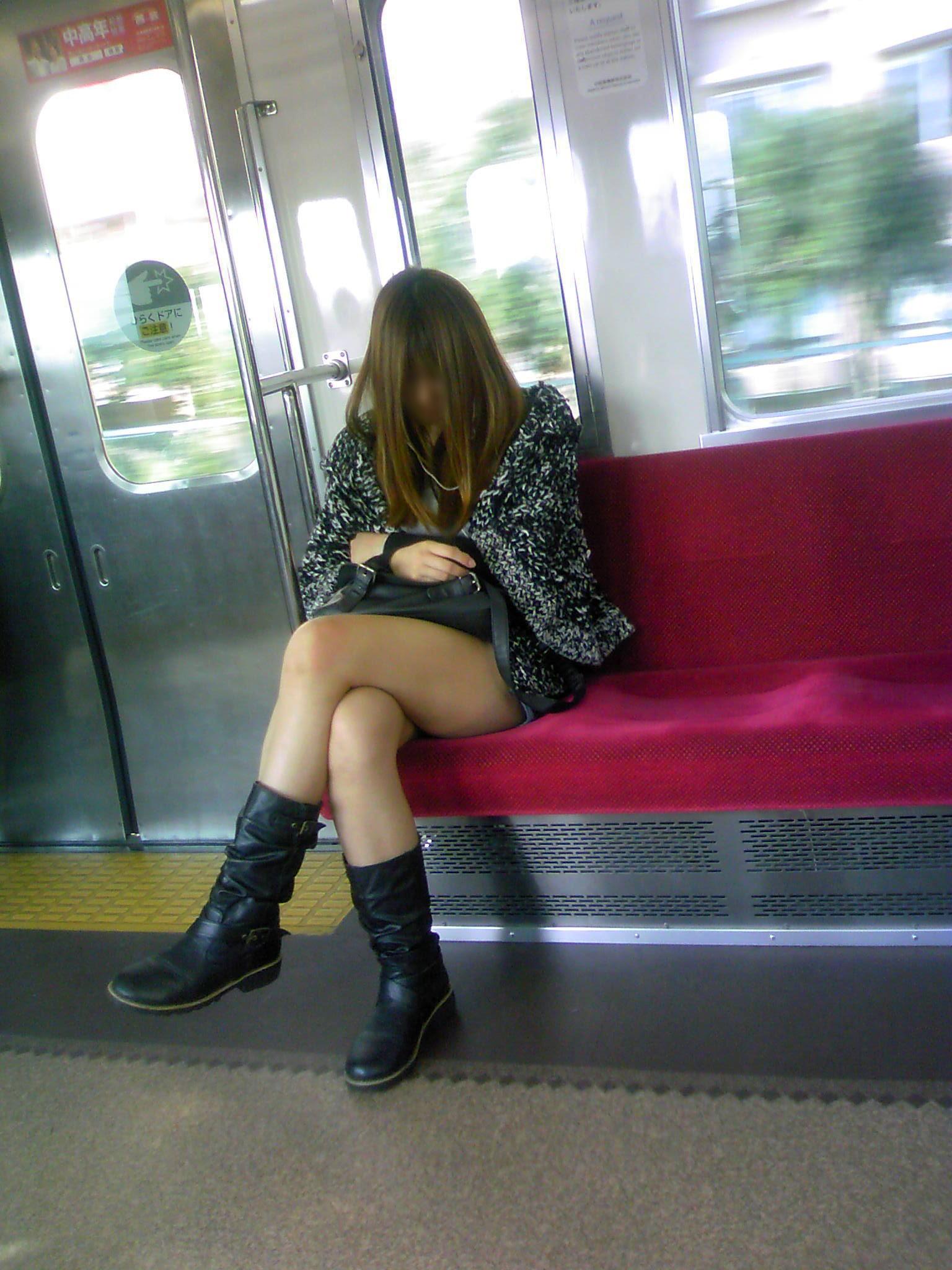 電車内で寝てる女のむっちり太ももエロ画像 718