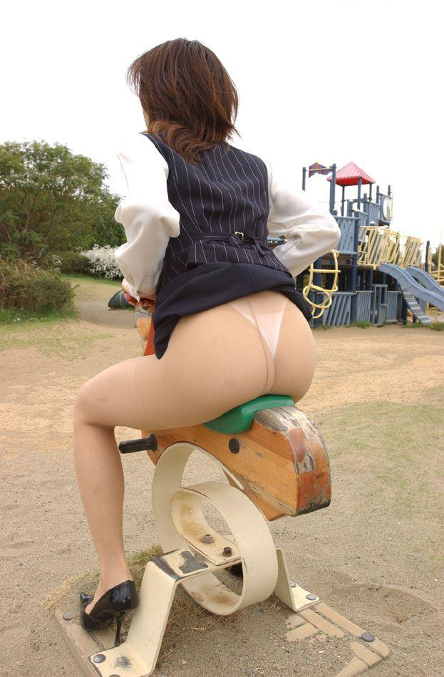 公園で遊ぶミニスカの露出女のパンチラ画像 73