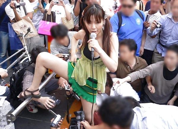 スカートの中身を撮影されるアキバ系露出女子のエロ画像 816