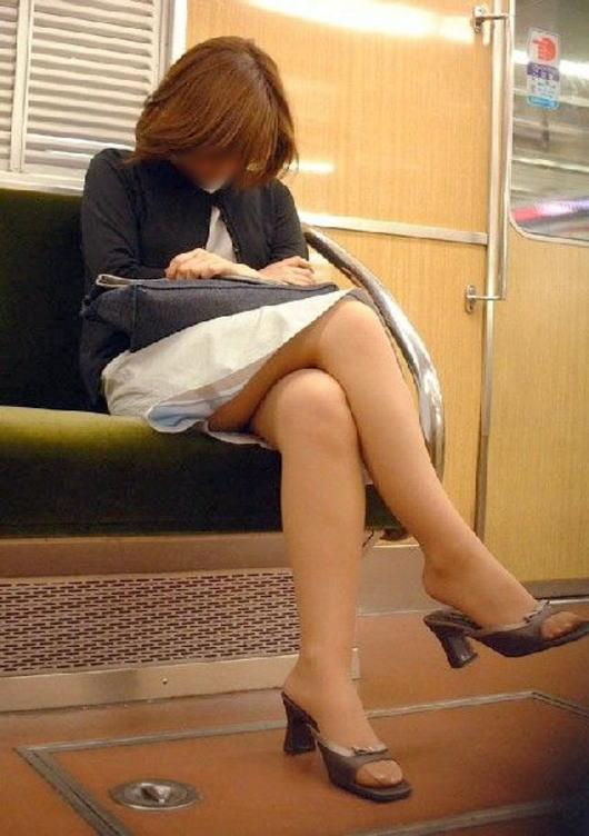 電車内で寝てる女のむっちり太ももエロ画像 818