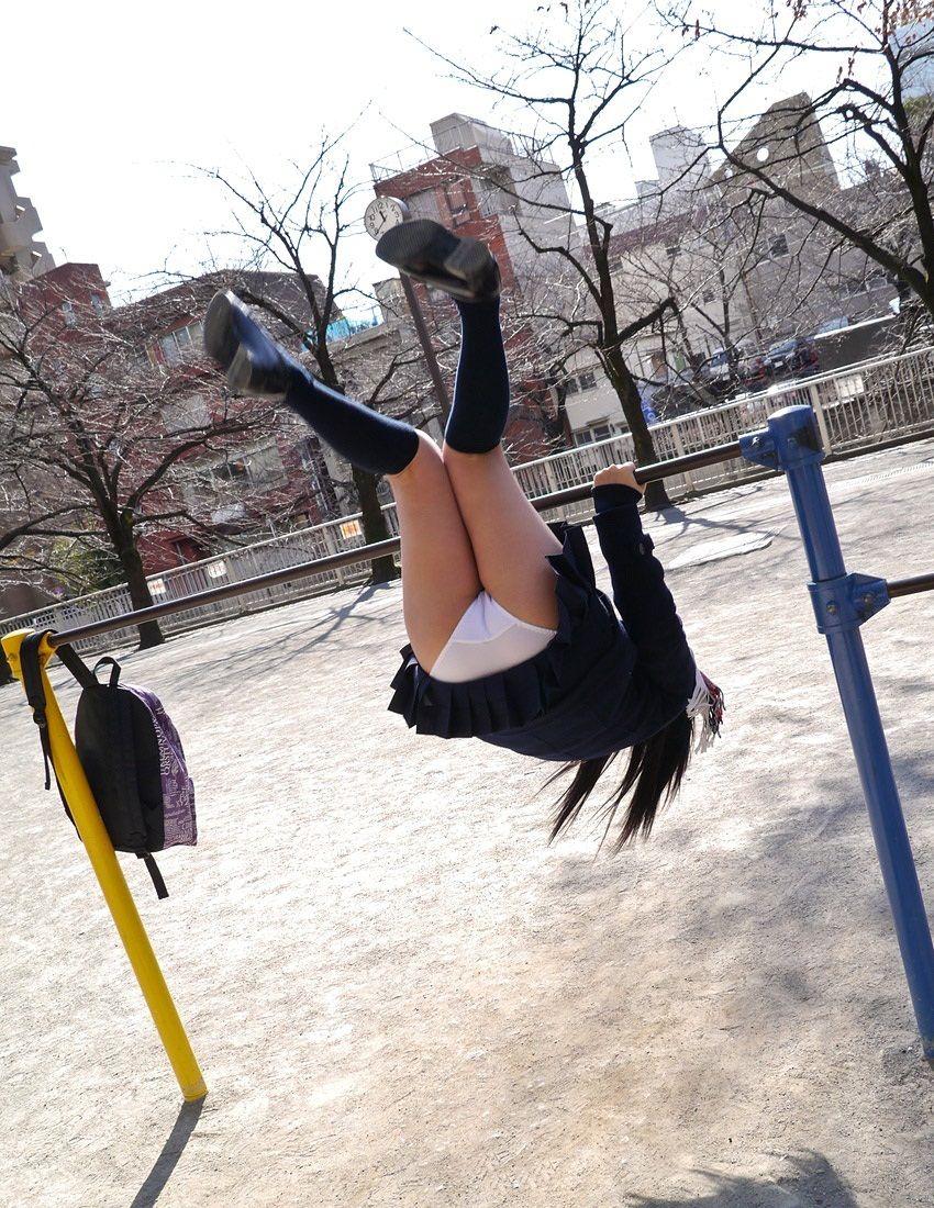 公園で遊ぶミニスカの露出女のパンチラ画像 83