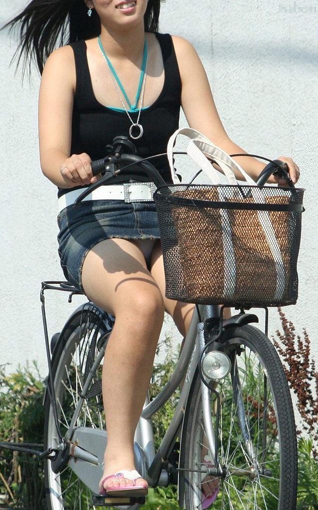 タイトなミニスカート履いた女の子の街撮りパンチラ画像 9