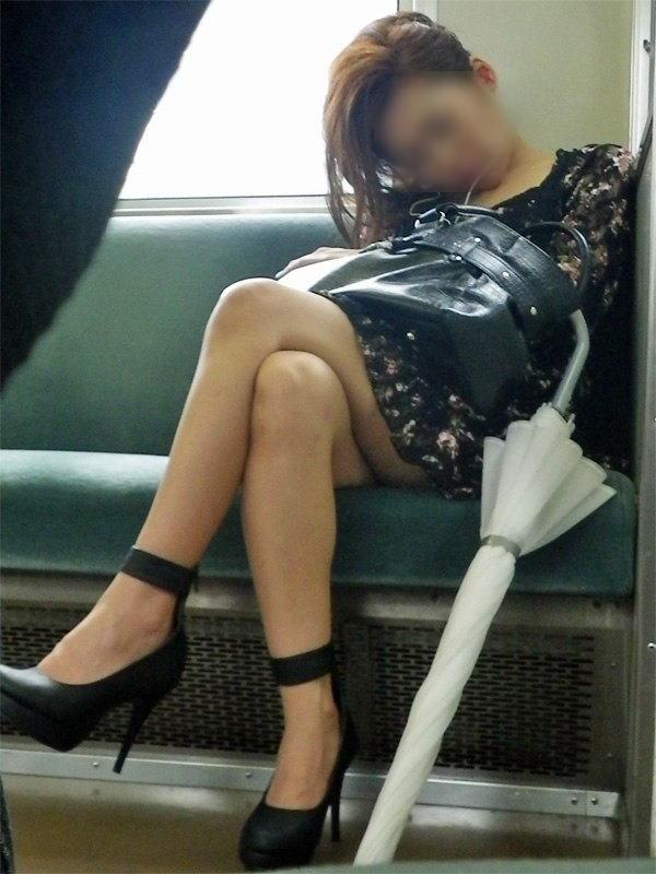 電車内で寝てる女のむっちり太ももエロ画像 918