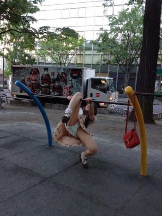 公園で遊ぶミニスカの露出女のパンチラ画像 93