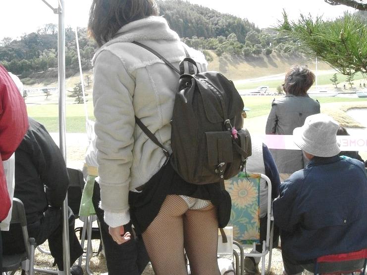 【パンチラ盗撮25人】スカートが捲れてパンツ丸出し娘達のハプニングお宝画像じゃーwww凄いラッキーだよなwww 014