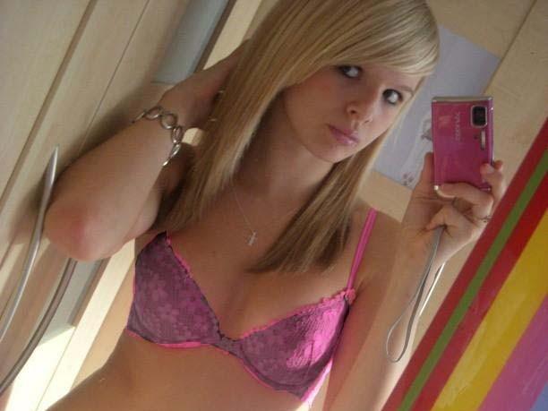【盗撮19人】姉ちゃんの入浴や着替えの全裸下着姿を盗撮したヤバ写メだぜーwww 0210