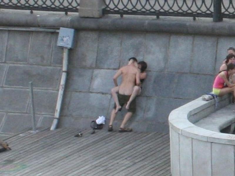 外人さんが昼間っからパコりまくってる青姦セックスのエロ画像 1016