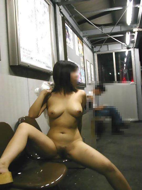 野外露出の性癖を持つ人妻熟女がおまんこパックリ開いてるエロ画像 1039