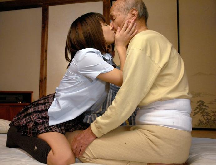 若いプリプリ肌の女の子の体をお爺ちゃんが我が物顔でイタズラしてるエロ画像 11