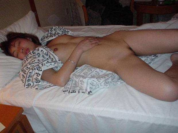 オナニーして乱れた服のままガチ寝てる姉貴を発見したのでこっそり撮影したエロ画像 11103