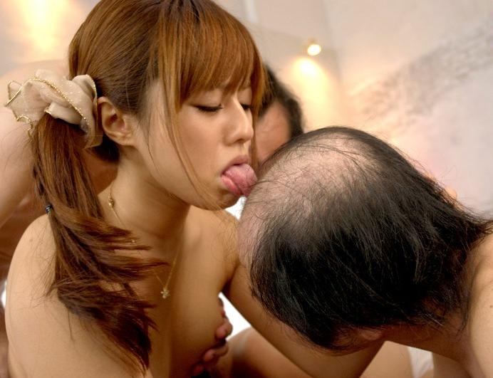 若いプリプリ肌の女の子の体をお爺ちゃんが我が物顔でイタズラしてるエロ画像 17