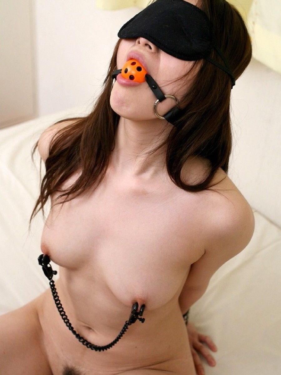 目隠しして性奴隷っぽく彼女を犯すソフトSMエロ画像 179